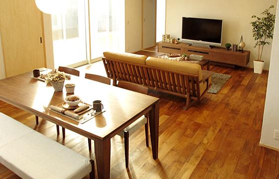 チーク材の床にウォールナット無垢材の家具でコーディネートした実例をご紹介します