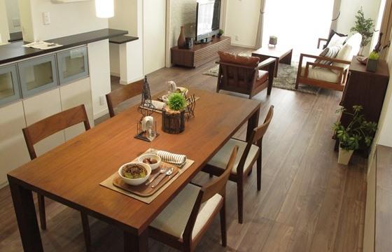 ウォールナット無垢材の家具を中心にコーディネートした事例をご紹介